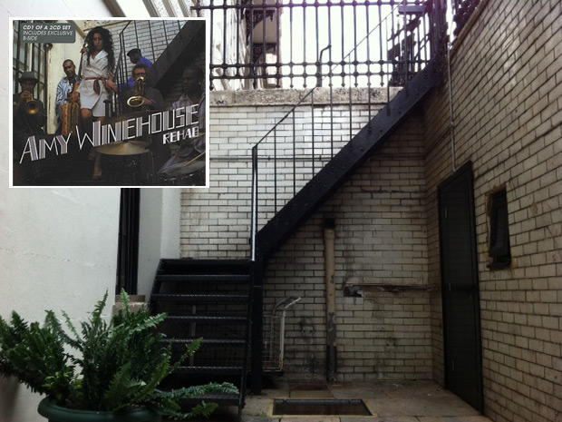 Escadaria do Portland Place, 33, casarão onde Amy gravou 'Rehab'. No detalhe, capa do single britânico da música, responsável por lançar Amy ao estrelato (Foto: Pedro Caiado/G1 e Reprodução)