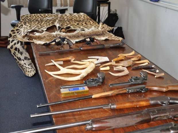 Polícia apreendeu armas, munição, peles e chifres de animais nesta sexta-feira (29) (Foto: Ricardo Campos Jr./G1 MS)