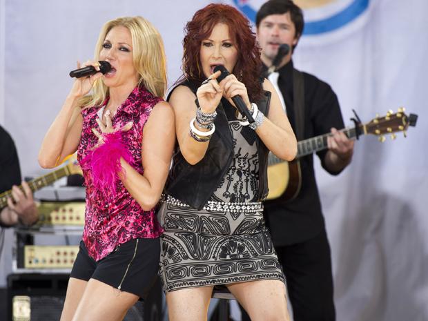 "As cantoras Debbie Gibson e Tiffany se apresentam no programa ""Good Morning America"", nesta sexta-feira (29) (Foto: AP/Charles Sykes)"