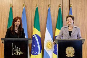 Cristina Kirchner e Dilma durante declaração à imprensa no Planalto (Foto: Roberto Stuckert / Presidência)