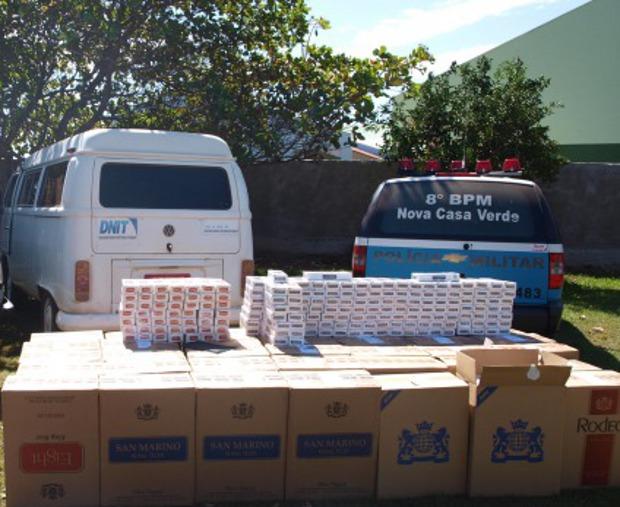 Kombi com adesivo do Dnit é apreendida com 30 mil maços de cigarro em MS (Foto: Divulgação/PM)