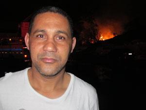 O zelador Gilmar Silva aguardava o fogo abaixar na região próxima ao incêndio para poder reencontrar sua mulher e filha. (Foto: Carlos Giffoni/G1)