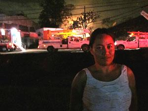 Adriana Ferraz perdeu o contato com familiares que moram a poucos metros do foco do incêndio. (Foto: Carlos Giffoni/G1)