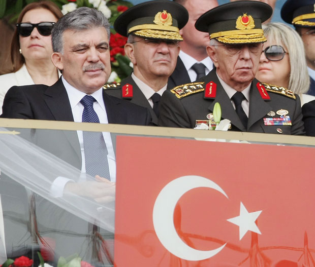 Em foto de maio deste ano, o presidente turco Abdullah Gul (esq.) é visto ao lado do general Isik Kosaner (dir.) (Foto: Burhan Ozbilic/AP)
