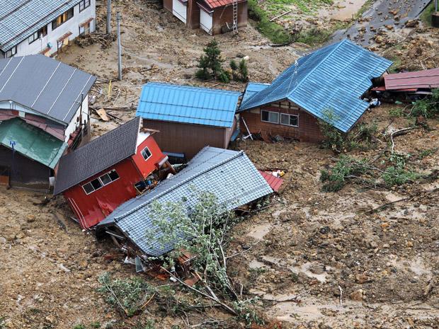 Casas são varridas por deslizamento causado pelas fortes chuvas em Sanjo, a norte de Tóquio, neste sábado (30) (Foto: AP)