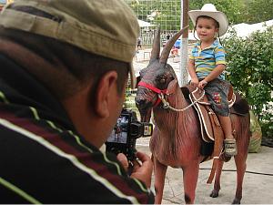 A fotografia das crianças montadas no bode para ficar na memória (Foto: Giselle Dutra/ G1 CE)