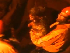 Bombeiros resgatam menino em buraco (Foto: Reprodução/EPTV)