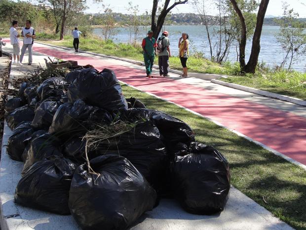 Lixo é recolhido em dia de mutirão de limpeza em Cariacica. (Foto: Carlos Palito/TV Gazeta)
