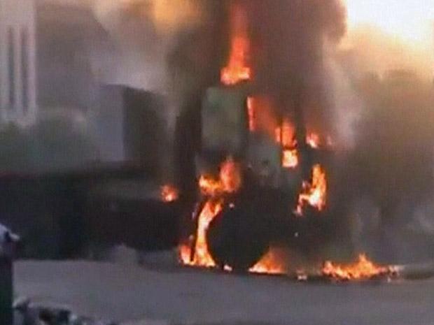 Carro em chamas durante confronto na cidade síria de Hama neste domingo (31), em imagem divulgada por militantes pró-direitos humanos (Foto: AP)