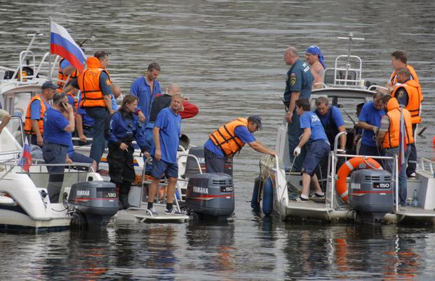 Equipes de resgate trabalham no Rio Moscou, local do naufrágio, neste domingo (31) (Foto: AP)