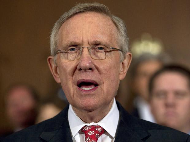 O senador Harry Reid, líder dos democratas no Senado dos EUA, fala em entrevista neste domingo (31) no Capitólio (Foto: AP)
