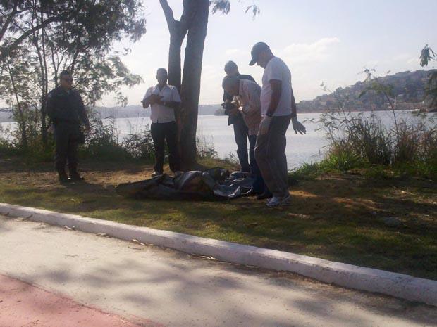 O corpo de um homem, de aproximadamente 40 anos, foi encontrado na tarde deste domingo (31), na baía de Vitória, no Espírito Santo. Uma pessoa passava de jet ski quando viu o corpo boiando no mar e acionou o Corpo de Bombeiros, que foi ao local e retirou  (Foto: Leandro Tedesco/ TV Gazeta)
