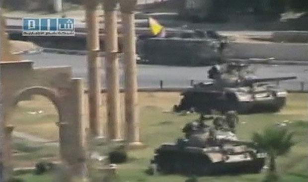Tanques são vistos em meio à cidade de Hama, em vídeo postado nesta segunda (1º) no Youtube (Foto: Reuters)