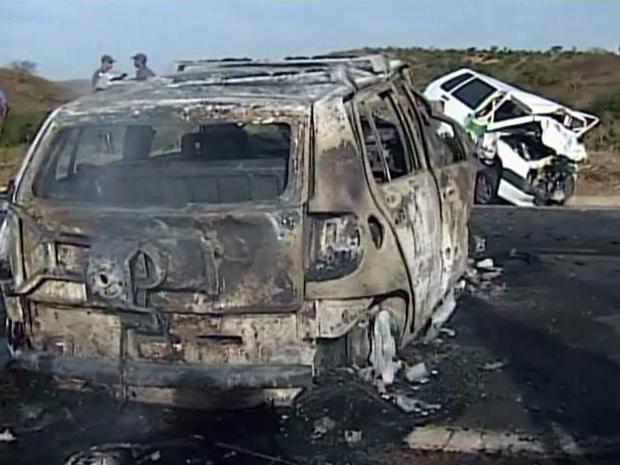 Acidente na BR-381 no Leste de MG envolvendo dois carros deixa três mortos e dois feridos (Foto: Reprodução TV Globo)