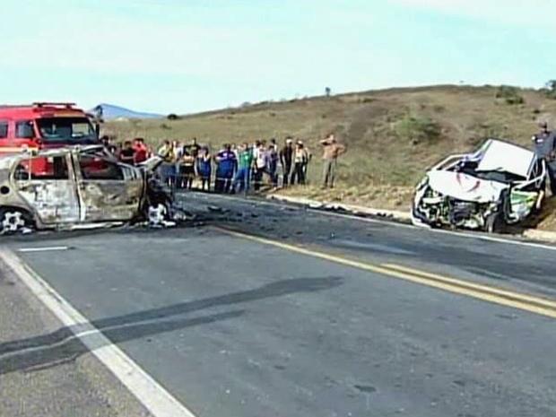 Os corpos de duas vítimas e de um cão que estavam em um dos vículos foram carbonizados (Foto: Reprodução TV Globo)