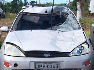 Carro que atropelou cavalo (Foto: Reprodução/TV Bahia)