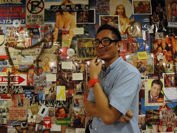 Mideo Cruz e sua instalação Poleteismo, em Manila, nas Filipinas (Foto: Reuters/Romeo Ranoco)