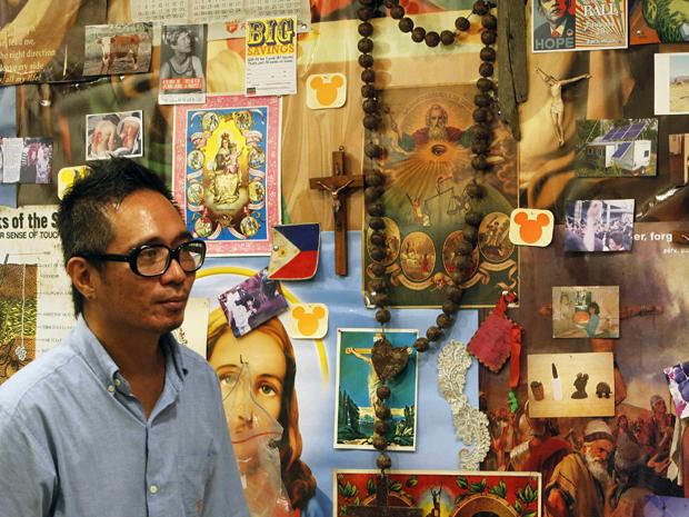Mideo Cruz e sua obra que mistura imagens de Jesus Cristo e ícones da cultura pop (Foto: Reuters/Romeo Ranoco)