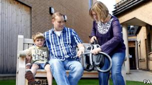 Matthew Green, que recebeu o coração de plástico, ao lado da família (Foto: PA)