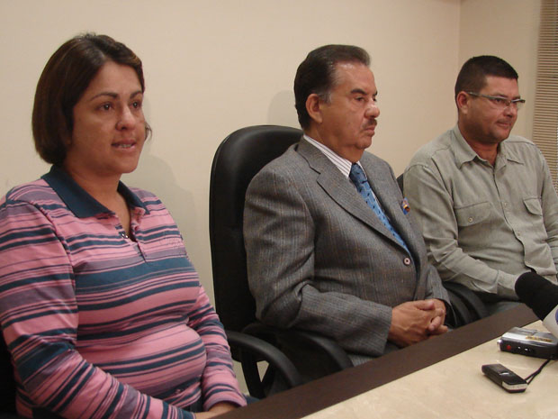 Pais e advogado da jovem dão entrevista nesta terça (Foto: Luciana Bonadio/G1)