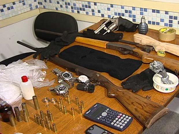 Duas espingardas e um revólver calibre 38 estavam entre as armas apreendidas. (Foto: Reprodução/TV Gazeta)