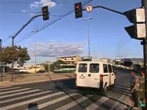 Cruzar o sinal vermelho é infração gravíssima (Foto: Reprodução/TV Globo)