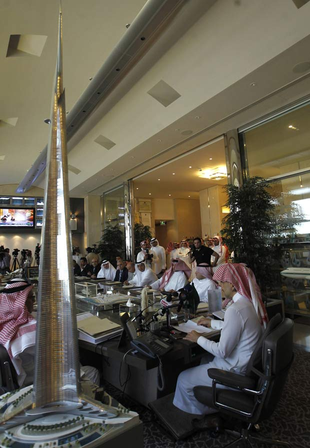 Maquete mostra como será a torre mais alta do mundo, durante apresentação em Riad (Foto: Fahad Shadeed / Reuters)