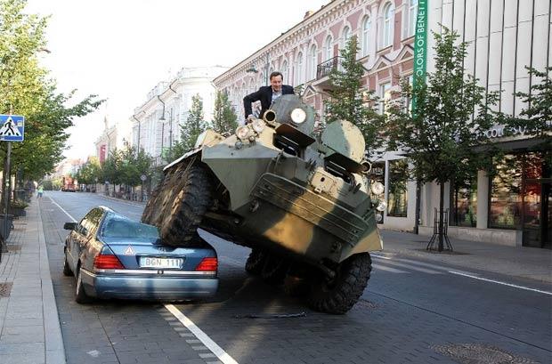 Prefeito de Vilnius passou por cima do veículo com um blindado. (Foto: Reprodução/Prefeitura de Vilnus)