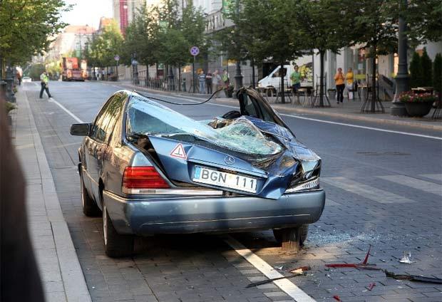 Motorista de Mercedes havia estacionado em ciclovia. (Foto: Reprodução/Prefeitura de Vilnius)