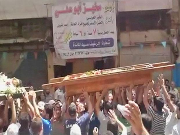 Manifestantes sírios protestam durante funeral de suposta vítima da repressão do governo (Foto: Reuters)