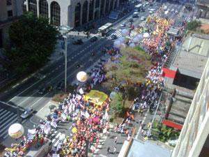 Trabalhadores fazem protesto na Avenida Paulista (Foto: Fabiano Freitas/VC no G1)
