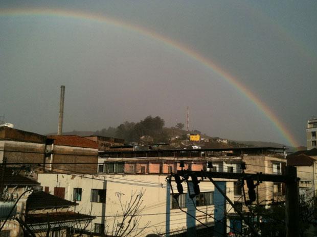 Depois de uma chuva forte de cerca de 15 minutos na tarde desta quarta-feira (3), um arco-íris duplo apareceu em Santos Dumont (MG). A foto foi feita às 16h15, no centro da cidade (Foto: Cadu Mendes/VC no G1)