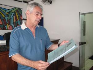 Vereador Dr. Carlão mostra o processo contra o prefeito originado por uma denúncia de morador (Foto: Lilian Quaino/G1)