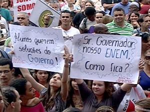 Alunos da rede estadual de ensino protestam durante reunião de professores em greve na ALMG (Foto: Reprodução TV Globo)