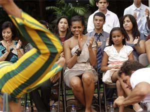 A primeira-dama dos EUA, Michelle Obama, assiste à apresentação de capoeira no restaurante em março (Foto: Sérgio Amaral/G1)