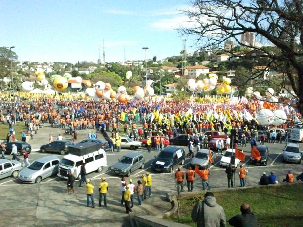 Sindicalistas se concentravam por volta das 10h desta quarta-feira (6) na Prça Charles Miller, no Pacaembu, na Zona Oeste de São Paulo, para uma manifestação pela aprovação da pauta trabalhista no Congresso Nacional. Os manifestantes prometem seguir pela  (Foto: Glauco Araújo/G1)