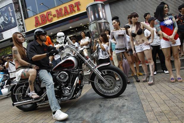 Desfile contou com motos personalizadas e mulheres tatuadas. (Foto: Wally Santana/AP)