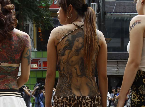 Tatuagem de mulher nua chamou atenção no desfile. (Foto: Wally Santana/AP)