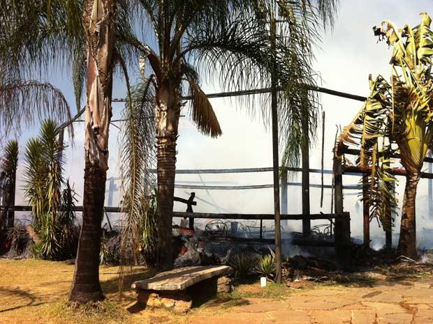 Restaurante Oca da Tribo destruído pelo fogo nesta quarta-feira (3), em Brasília; local era construído em madeira e tinha cobertura de palha (Foto: Káthia  Mello/G1)