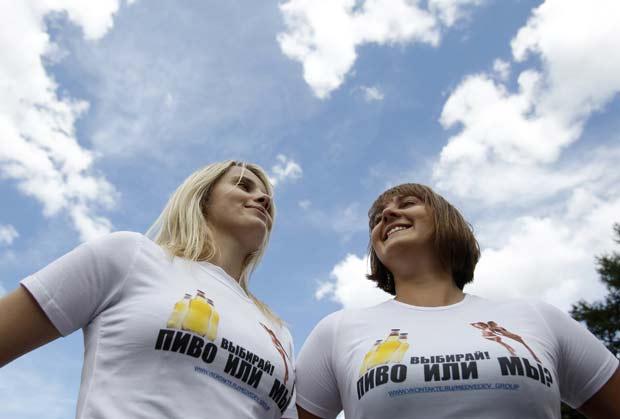 Elas usaram camisetas com a frase: 'Escolham! Cerveja ou nós?'. (Foto: Denis Sinyakov/Reuters)
