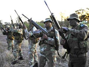 Soldados sul-africanos se preparam para ronda de proteção a rinocerontes (Foto: AFP)