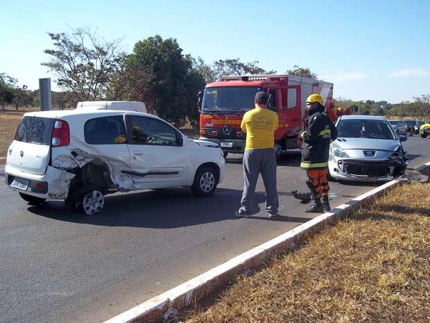 Uma batida na L4, em Brasília, parou o trânsito na via, no sentido zoológico, na tarde desta quinta-feira (4). Segundo os bombeiros, um Peugeot colidiu com um Fiat Uno quando tentava entrar na pista. O motorista do Peugeot foi levado pata o hospital, sem gravidade. (Foto: Larissa Gomes/G1)