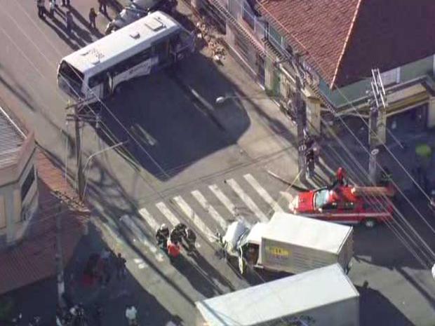 Colisão deixou dois feridos (Foto: Reprodução/TV Globo)