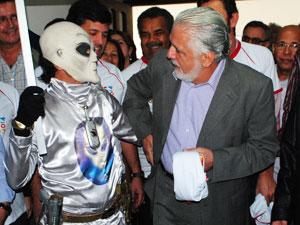 Morador vestido de E.T aborda governador em Vitória da Conquista (Foto: Anderson Oliveira/Blog do Anderson)