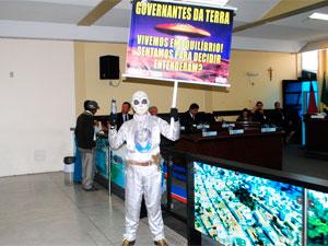 Morador vestido de ET faz protesto na Câmera de Vereadores de Vitória da Conquista (Foto: Anderson Oliveira/Blog do Anderson)