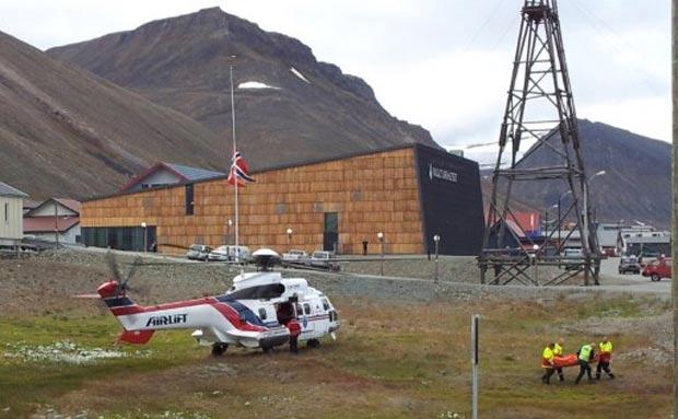 Vítima de ataque de urso polar é transportada de helicóptero.  (Foto: Thomas Lysgaard/Scanpix/AFP)
