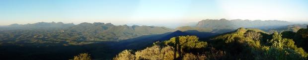 Vista do cume do Morro Anhangava, na Serra do Mar do Paraná. (Foto: João Carlos Andrade e Silva)
