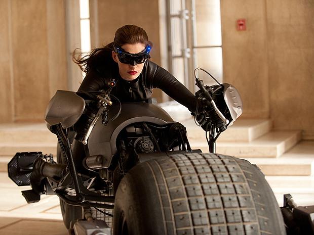 Ane Hathaway dirige moto na foto divulgada de Batman (Foto: Divulgação)