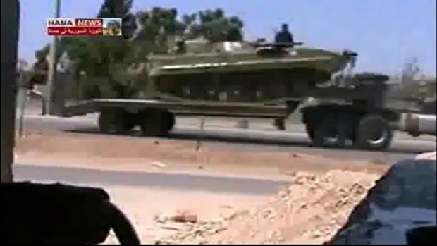 TV síria mostra veículos militares sendo levados de Talbiseh a Homs em direção a Hama, cidade que concentra repressão a protestos pró-democracia na Síria (Foto: Reuters)