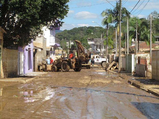 Trator retira lama após cheia do rio (Foto: Paulo Toledo Piza/G1)